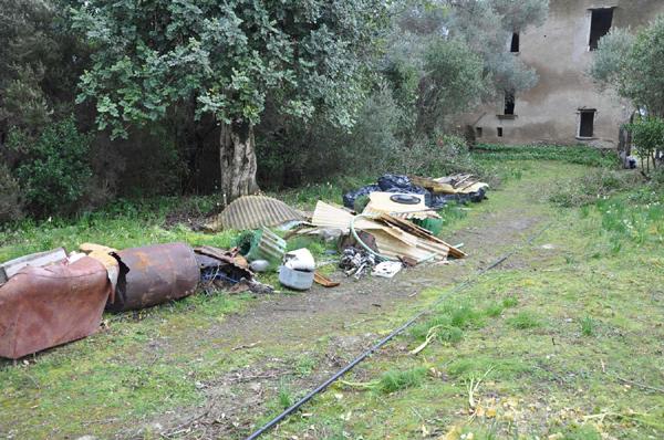 Garbage along the main path - Photo M.Fraissinet © 2011